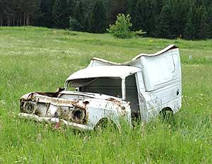 Былую гордость местного автопрома фургон «каблучок» теперь ждет один путь – на металлолом.